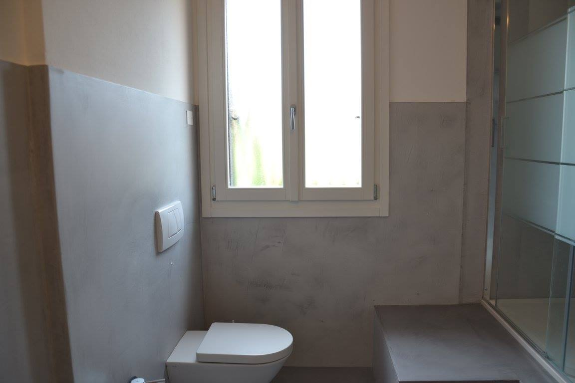 Trasformare un bagno in ceramica in un rivestimento in resina fratelli pellizzari - Rivestimento bagno rustico ...