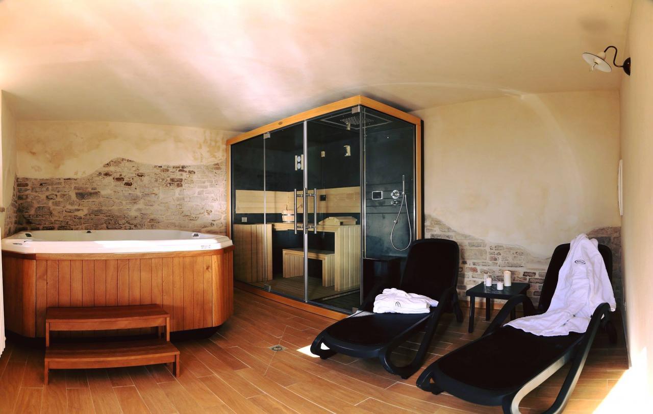 Sauna e minipiscina in un piccolo centro benessere privato