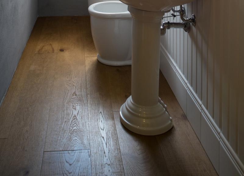 Pavimento in legno nel bagno fratelli pellizzari - Bagno pavimento legno ...