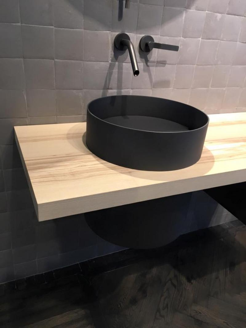 Lavabo da appoggio free standing o integrato fratelli - Lavabo nero bagno ...