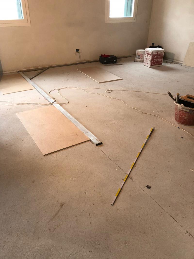 Incollare piastrelle su piastrelle parete affordable pavimenti in pvc effetto piastrella - Parquet da incollare su piastrelle ...