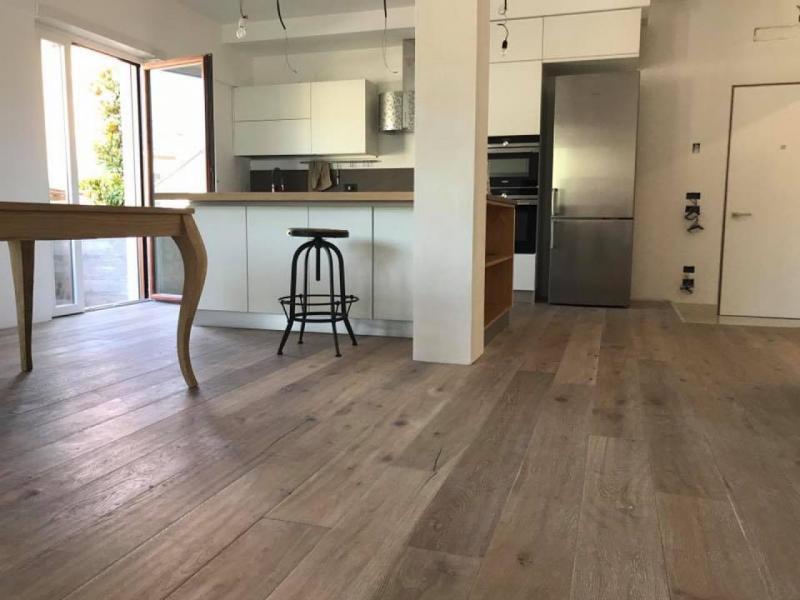 Un pavimento in rovere sbiancato piallato a mano a for Pavimento in legno interno