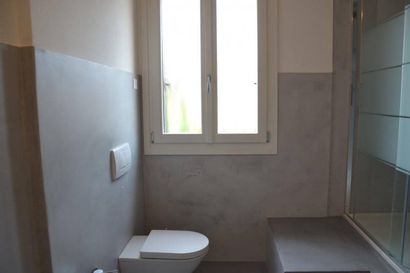 Trasformare un bagno in ceramica in un rivestimento in resina fratelli pellizzari - Rivestimenti bagno senza piastrelle ...