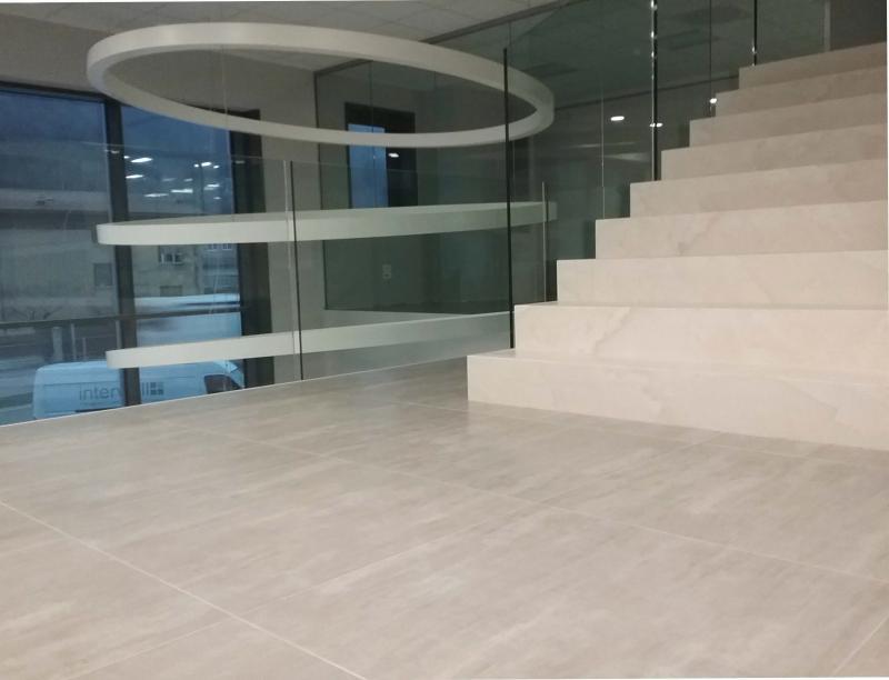 Pavimenti per uffici moderni e resistenti fratelli - Materiale per piastrelle ...