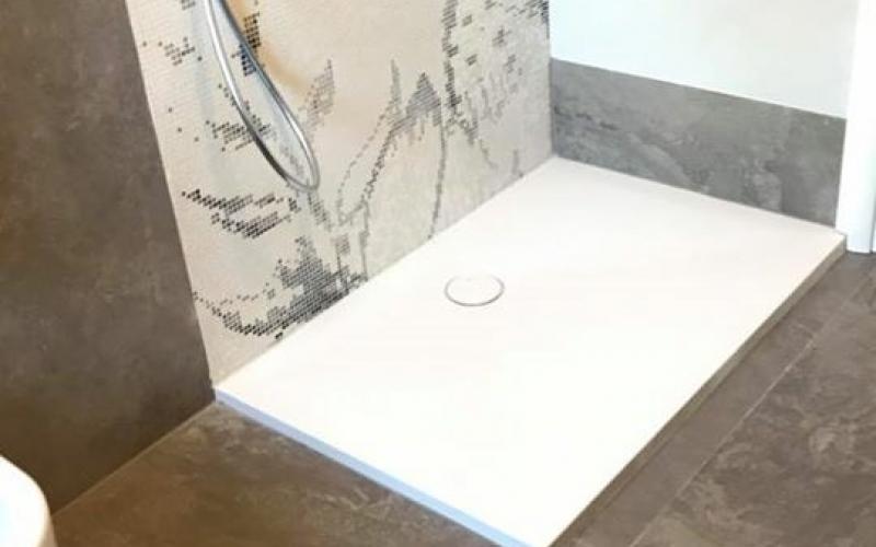 Finest il piatto doccia in marmoresina e la parete doccia - Piatto doccia mosaico ...