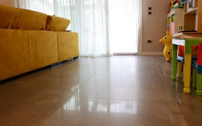 Gr s porcellanato levigato un pavimento lucido a specchio for Pavimento esterno brico casa