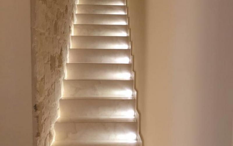Scala interna di casa legno marmo gres pietra fratelli