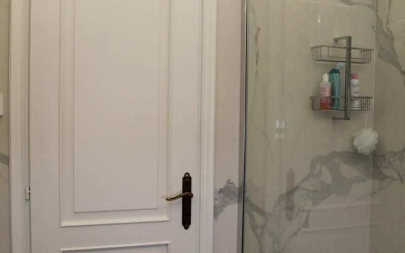 Bagno moderno ed elegante grandi lastre effetto marmo fratelli