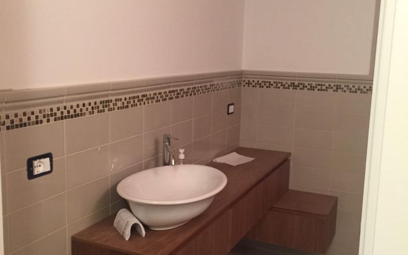 Top bagno gres porcellanato piastrelle bagno con torello greca