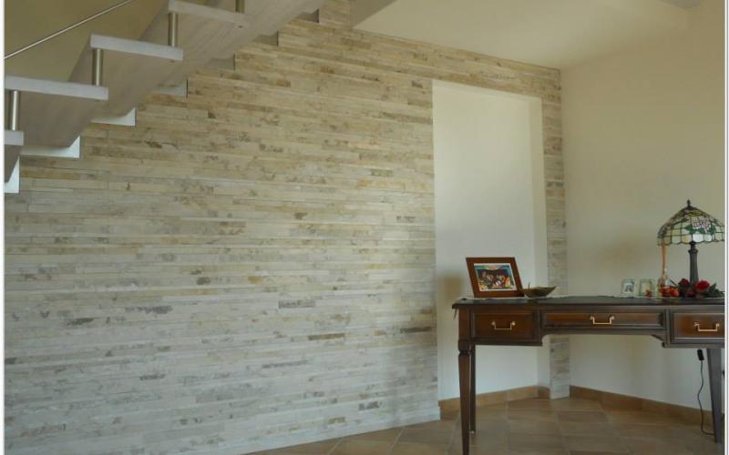Parete interna rivestita in listelli di pietra with parete sassi - Sassi per pareti interne ...