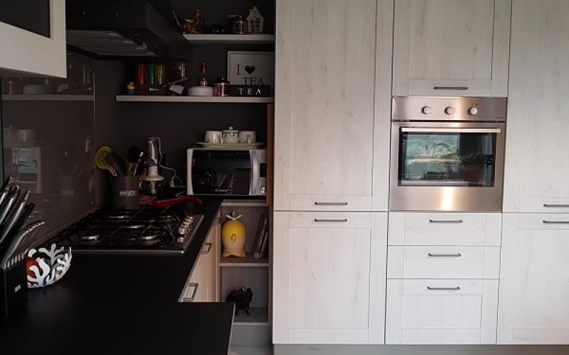Piastrelle cucina scure piastrelle bianche per pavimenti e rivestimenti cucina con mobili - Piastrelle cucina genova ...