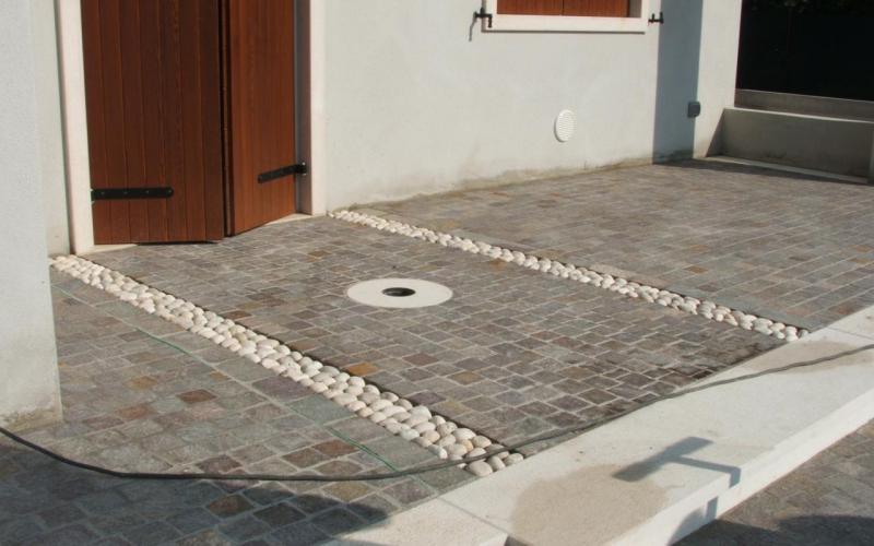 Pavimento di ingresso esterno di case in pietra porfido e for Pavimento esterno in porfido
