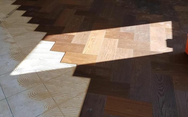 Posa di parquet di legno su piastrelle esistenti si può