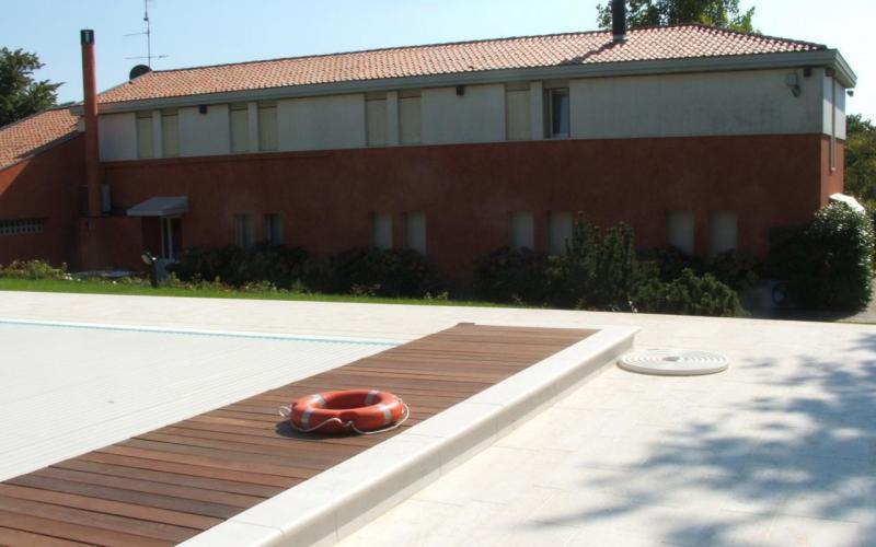 Piscina pavimenti e rivestimenti realizzazione a lonigo for Piscina esterna legno