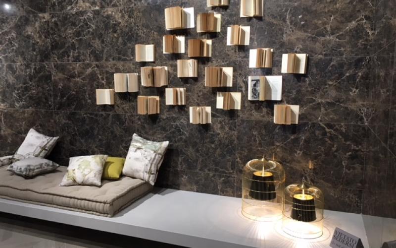 Rivestire le pareti del soggiorno con le piastrelle in ...