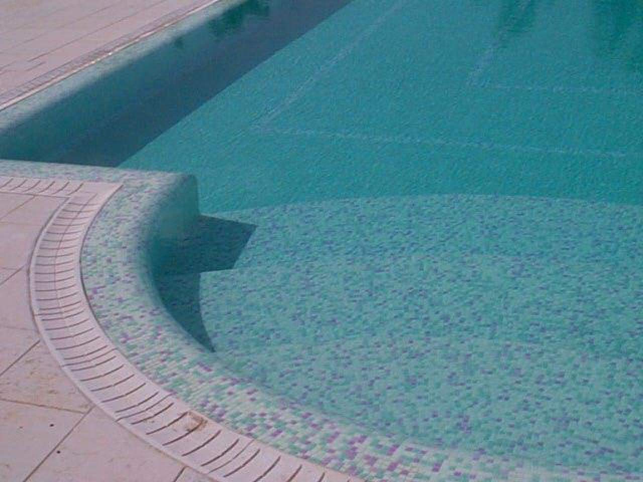 Posa di piastrelle in una piscina a lonigo vicenza fratelli
