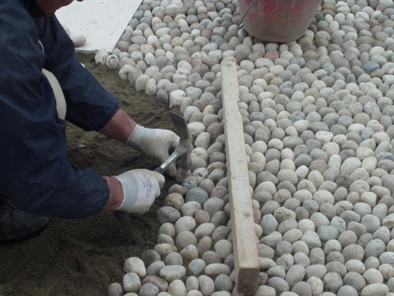 Ciottoli bianchi e pietra di prun esterno pavimentato a for Ciottoli bianchi