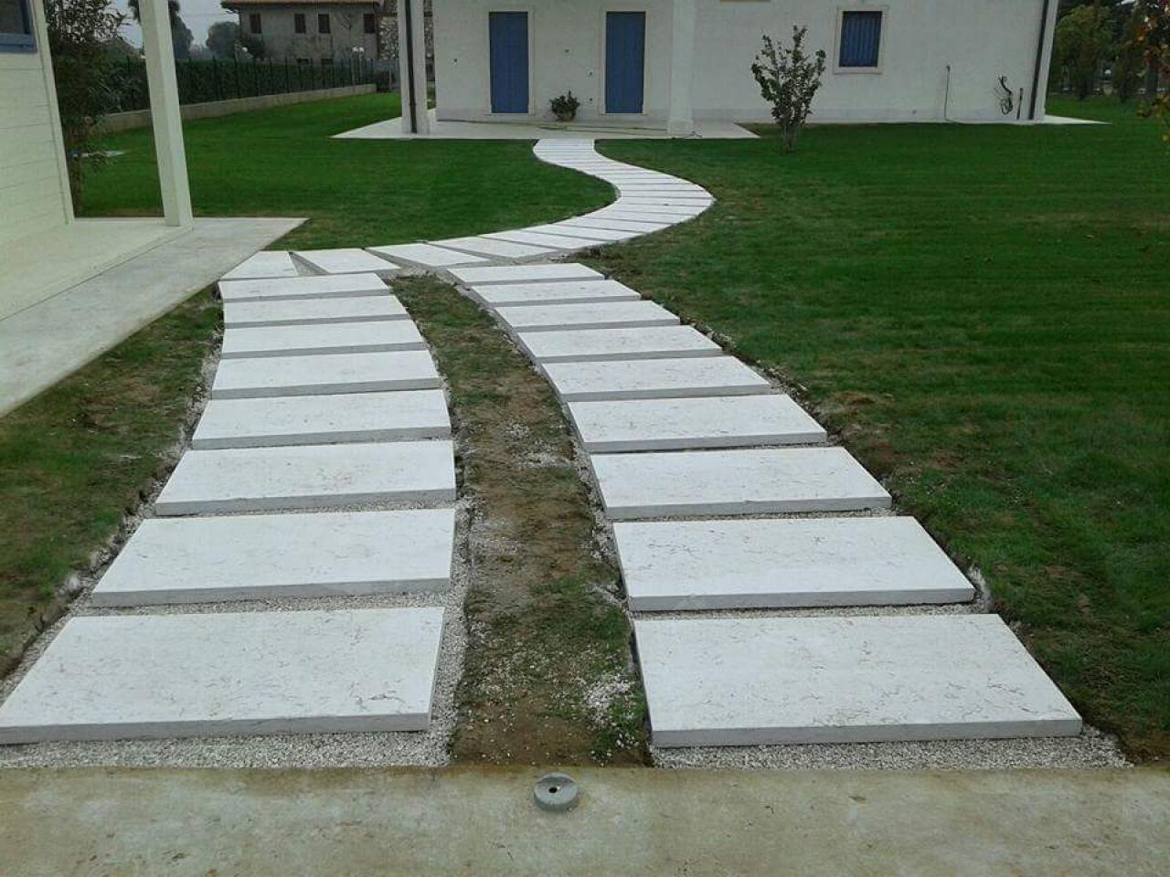 Pietra lessinia o prun vialetto in giardino realizzato da - Pavimentazione giardino senza cemento ...