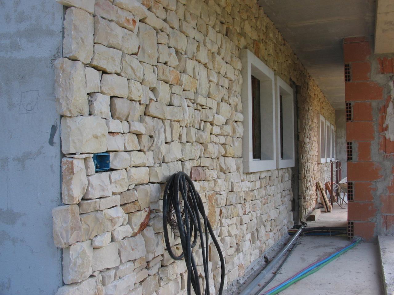 Pavimento In Pietra Di Trani : Rivestimento in sasso trani di una casa a vicenza fratelli