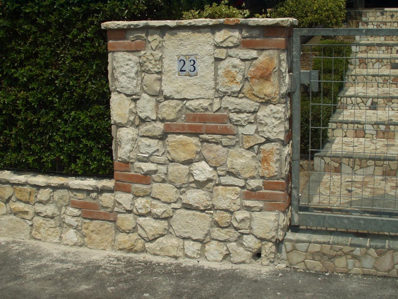 Piastrelle finto muro muro del giardino con sasso e mattoni a zermeghedo vicenza with - Piastrelle muro pietra ...