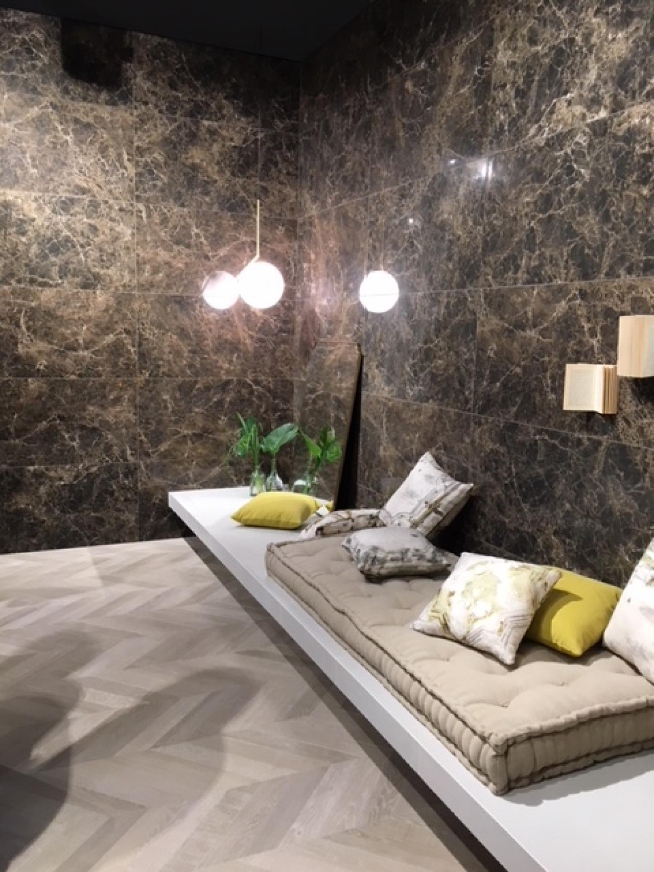 Rivestire le pareti del soggiorno con le piastrelle in ceramica ...