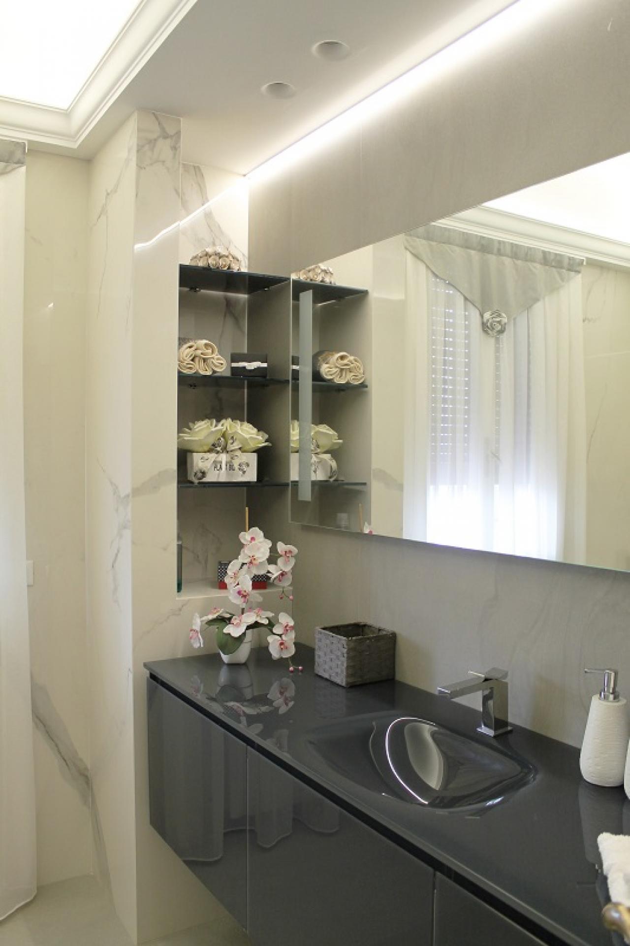Bagno moderno ed elegante: grandi lastre effetto marmo ...