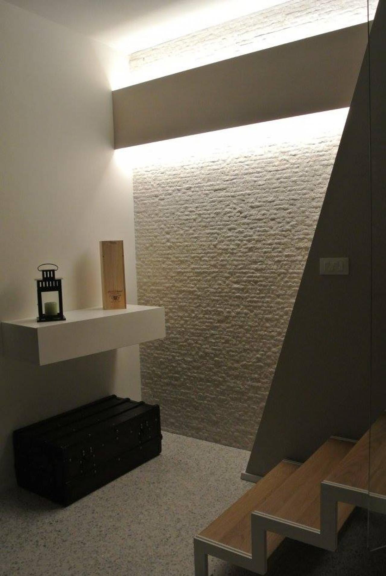 Free moderno in listelli di pietra with parete rivestita for Parete pietra