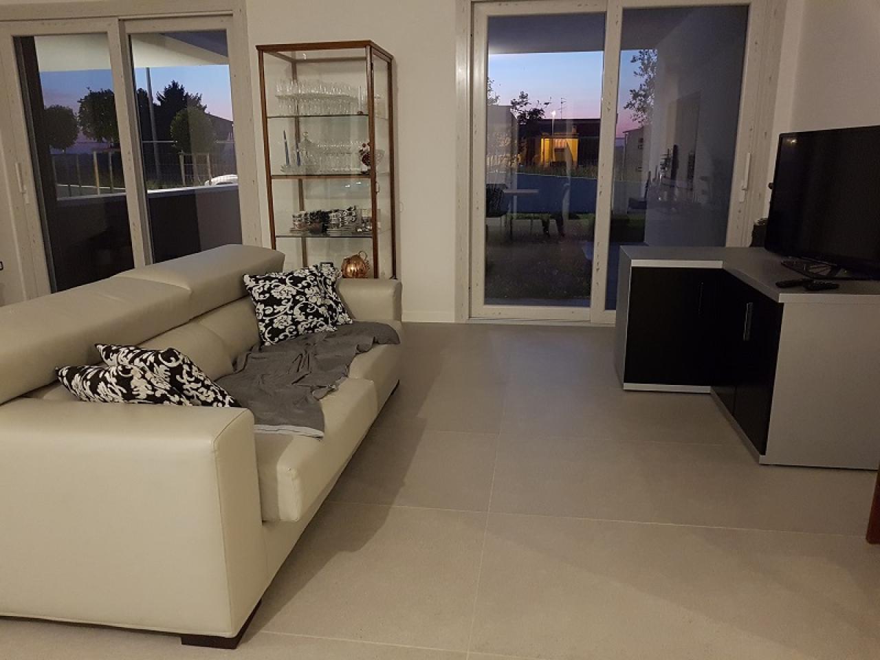 Bagni e piastrelle a pavimento in una casa moderna a ronco all
