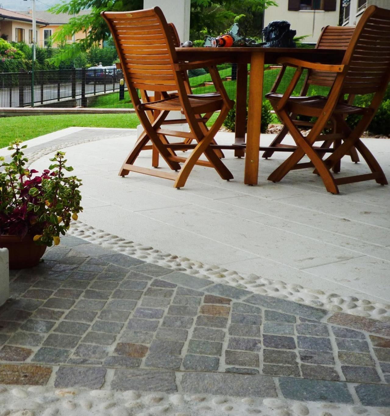 Pavimentazione Giardino In Pietra pavimento di ingresso esterno di case in pietra, porfido e
