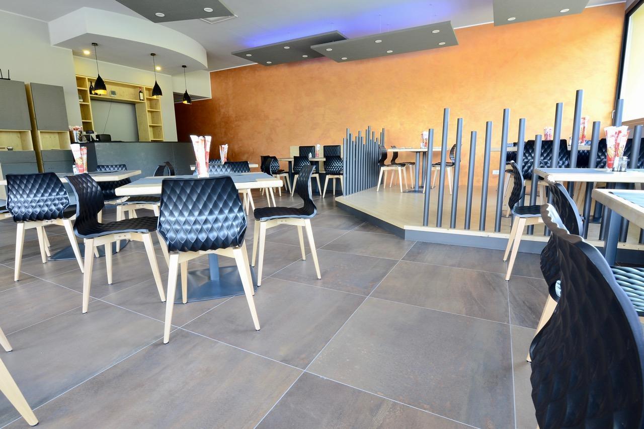 Bianco stanza cucina interna con pavimento di piastrelle e set di