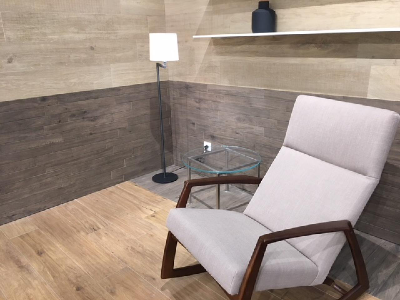 Rivestire le pareti del soggiorno con le piastrelle in ceramica