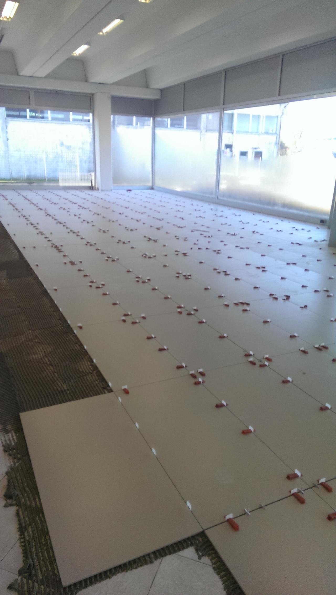 Pavimento per negozio maserati rimodernata la sede di - Costo posa piastrelle su pavimento esistente ...