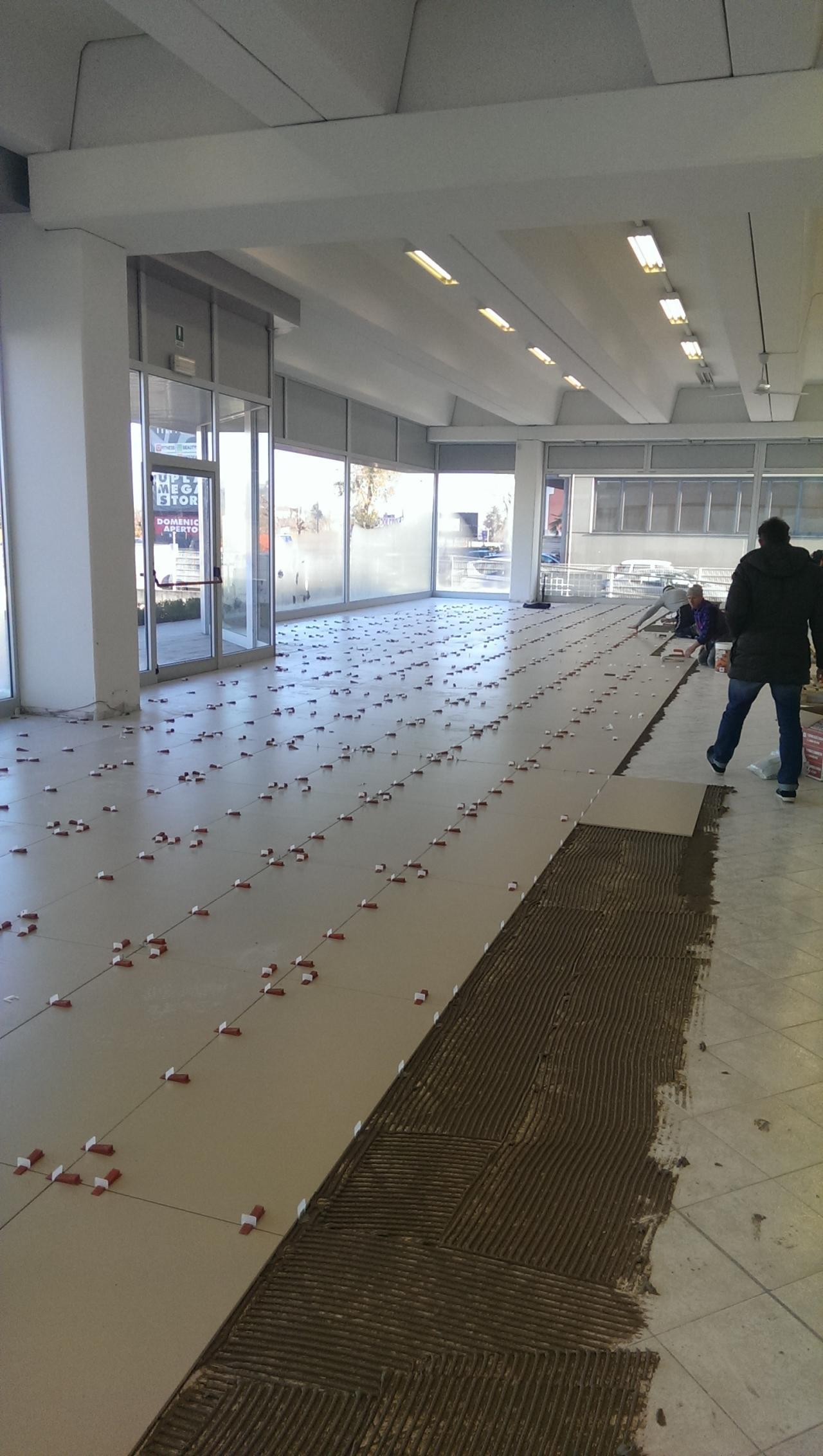 Pavimento per negozio maserati rimodernata la sede di - Posare piastrelle su pavimento esistente ...