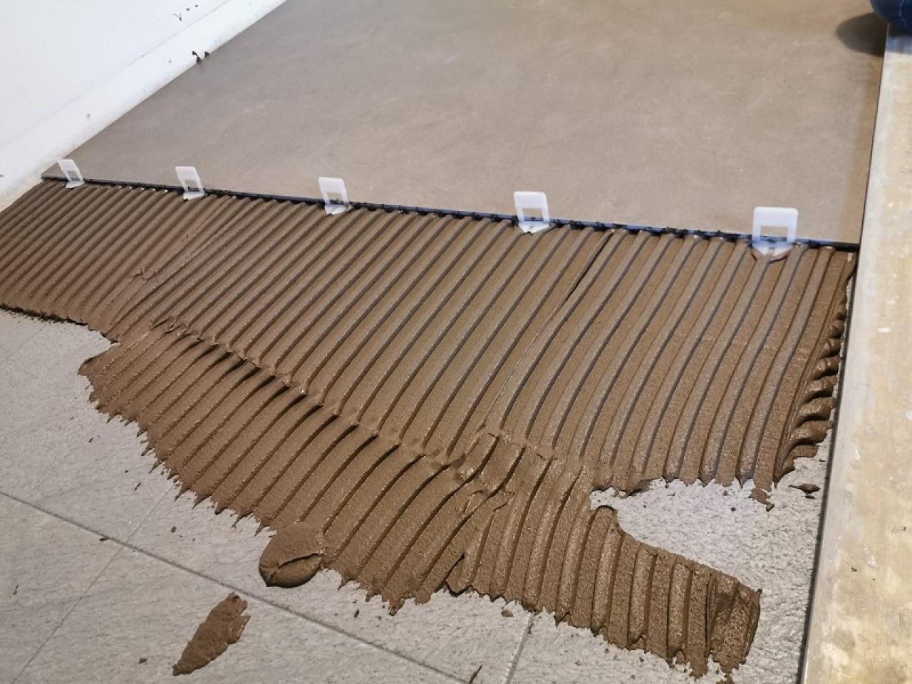 Fuga Minima Pavimento Rettificato gradini tra piastrelle: quando sono difetti e come evitarli
