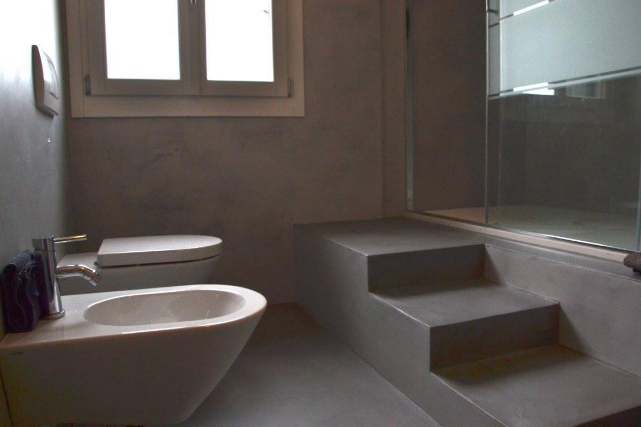 Trasformare un bagno in ceramica in un rivestimento in resina fratelli pellizzari - Resine per bagni prezzi ...