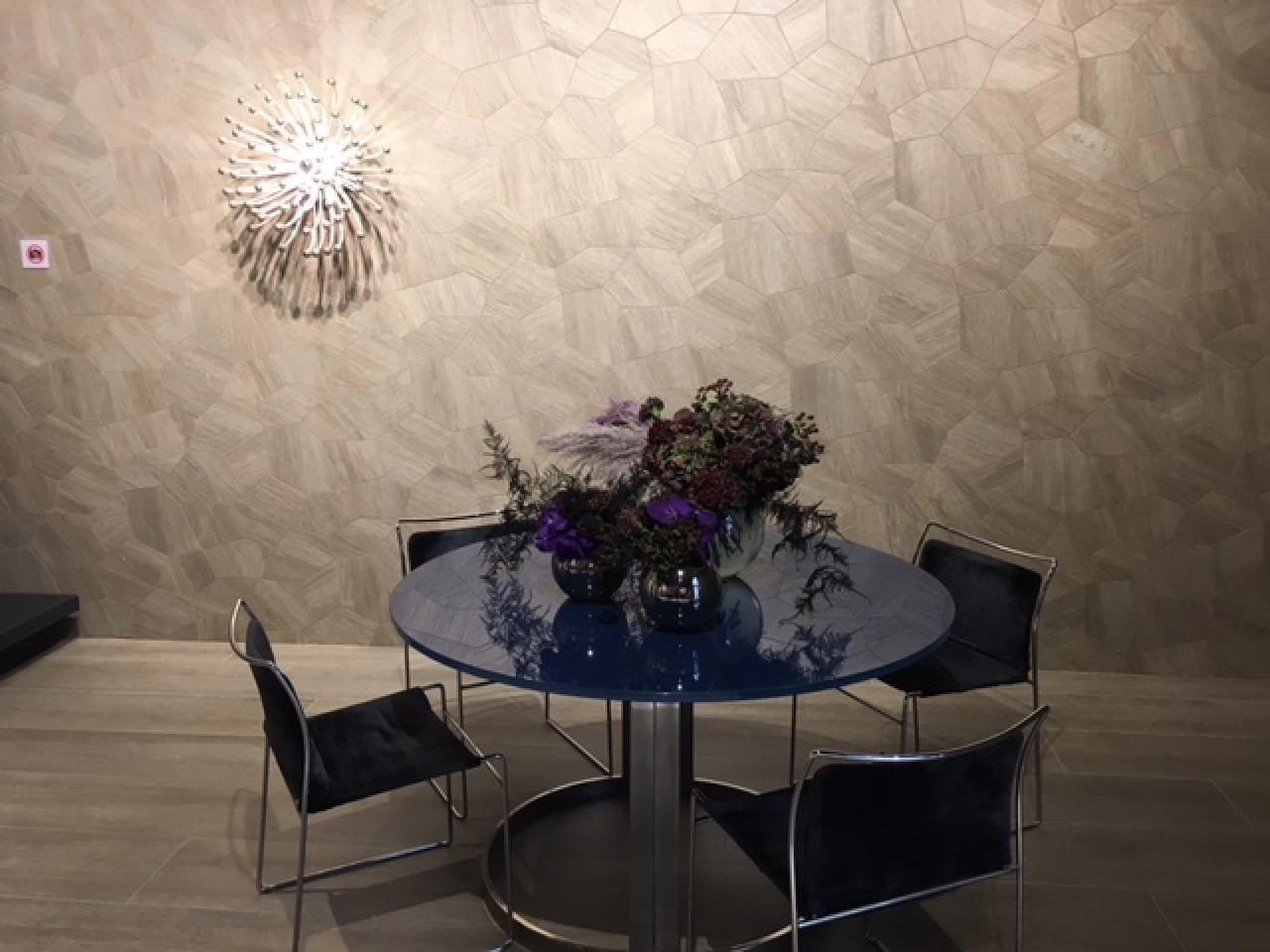 Rivestire le pareti del soggiorno con le piastrelle in for Rivestimento parete soggiorno