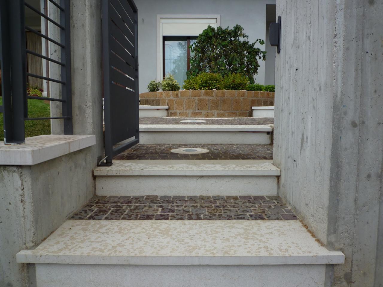 Ingresso Casa Esterno In Pietra pavimento di ingresso esterno di case in pietra, porfido e