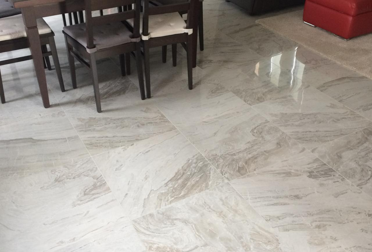 Grès porcellanato levigato un pavimento lucido a specchio