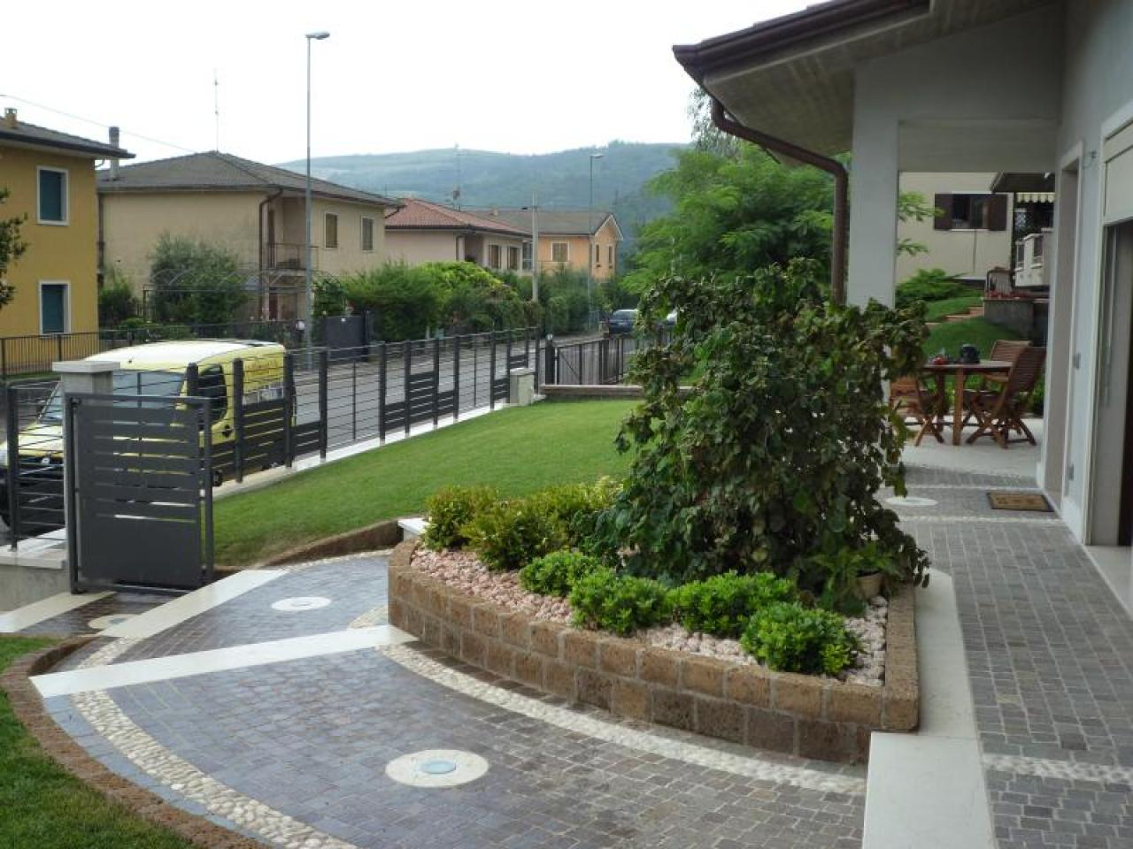 Pavimento di ingresso esterno di case in pietra porfido e for Esterni di ville